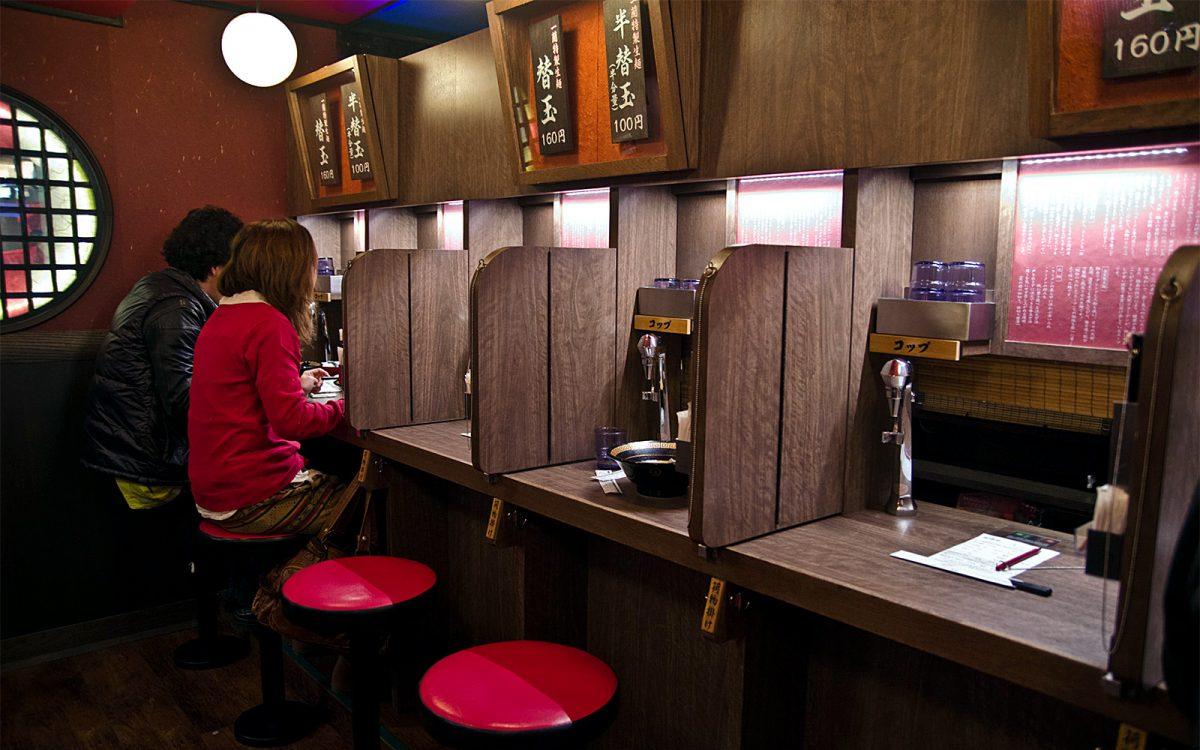 «Соло-обед», «соло-караокэ» для индивидуальных японских потребителей