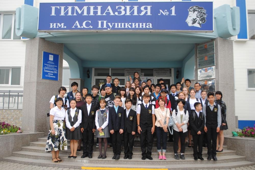 Японские студенты заглянули к учащимся южно-сахалинской гимназии №1