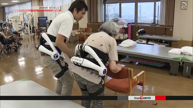 В Японии разработан экзокостюм, который поможет людям вставать и садиться