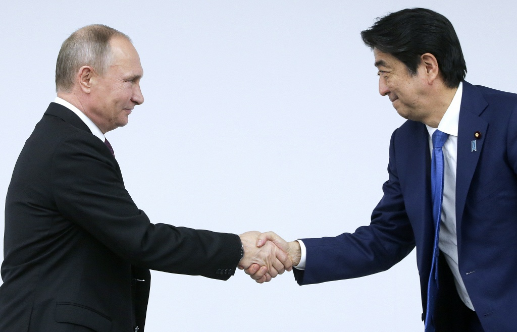 Абэ заявил, что хочет решить территориальный вопрос с РФ при жизни своего поколения