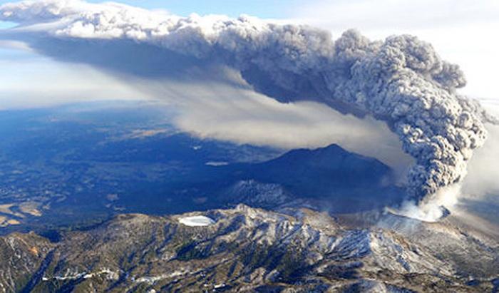 Началось извержение вулкана Синмоэдакэ в юго-западной Японии