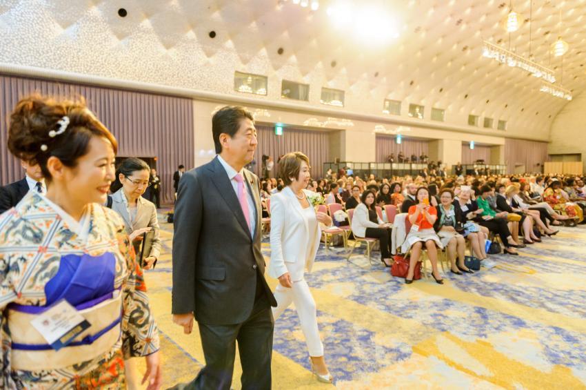Взгляд на «вуменомику» премьер-министра Синдзо Абэ 5 лет назад