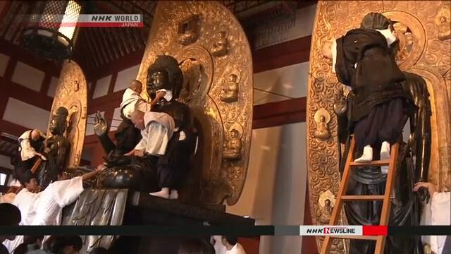 В буддийском храме Якусидзи в Нара провели ежегодную уборку
