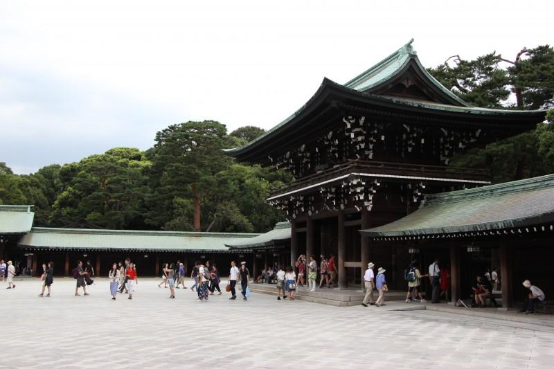 Толпы посетителей приходят в храмы помолиться за удачу в новом году