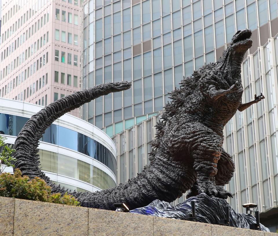 В Токио открыли памятник Годзилле (видео)