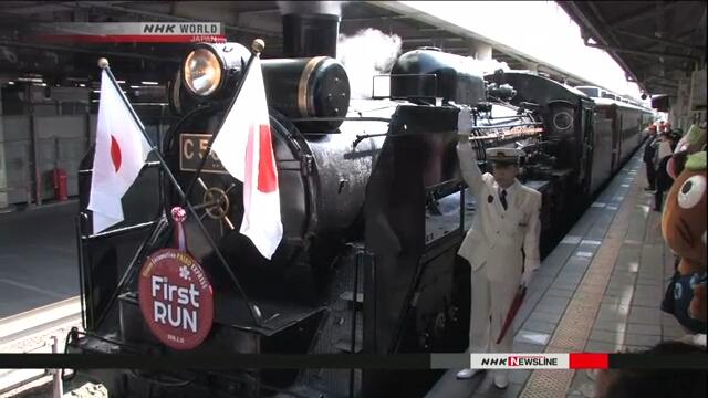 Пассажиры железнодорожного состава с паровозом любовались видами цветущей сакуры в районе Титибу