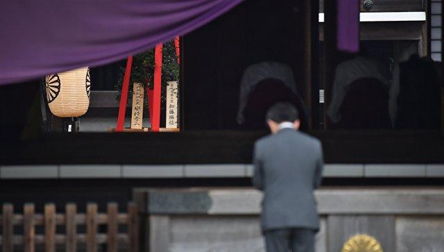 Абэ направил подношение в «милитаристский» храм Ясукуни