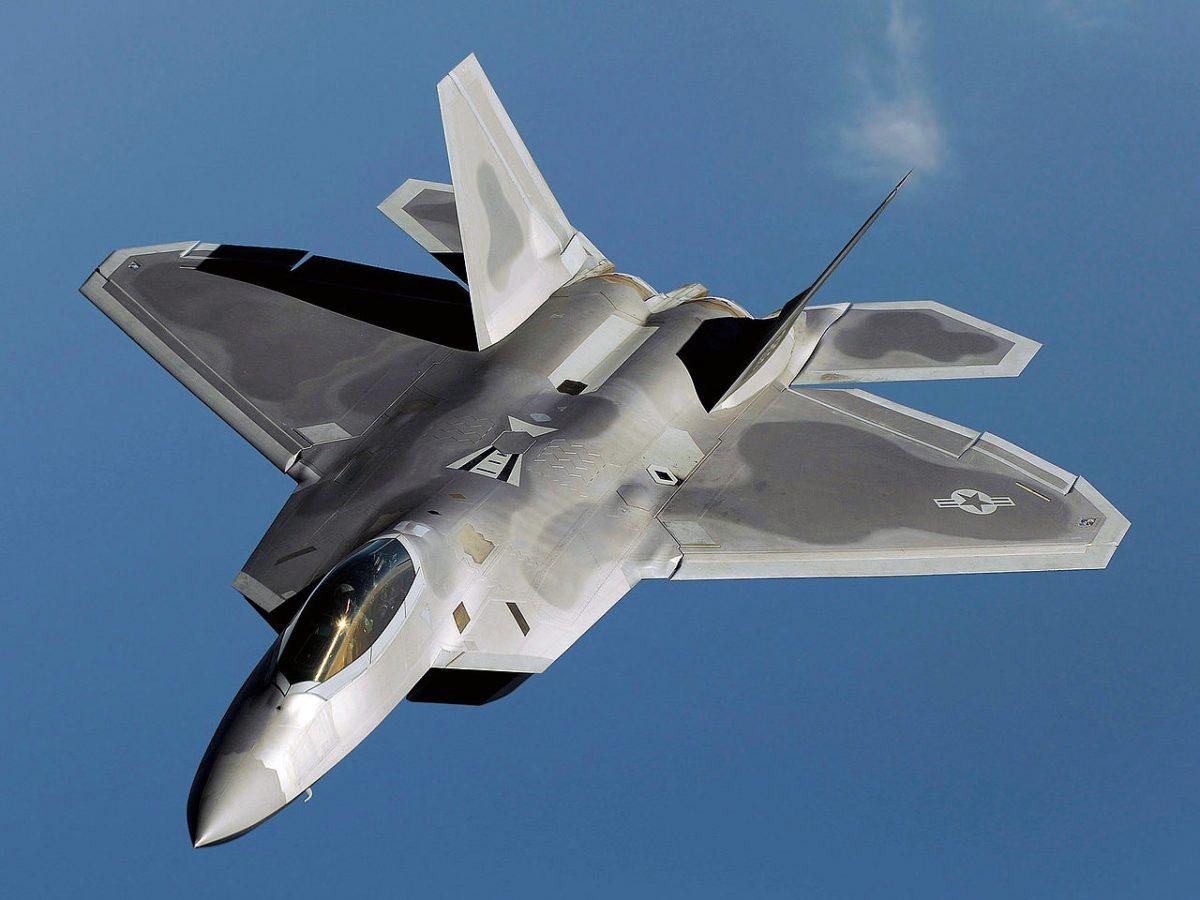 США завершили развертывание на Окинаве 14 самолетов F-22