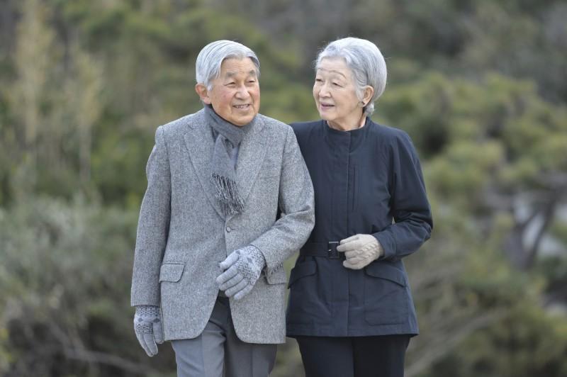 Императорская чета Японии провела свой последний прием гостей в императорском саду