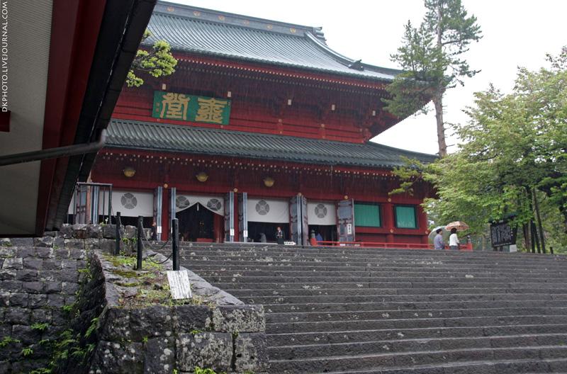 В храме Риннодзи провели предновогодний ритуал смахивания пыли со статуй Будды