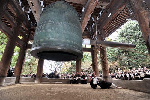 В одном храме в Киото прошла репетиция ударов в колокол на Новый год