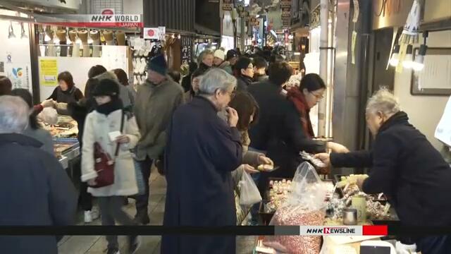 Покупатели заполнили знаменитый в Киото продуктовый рынок «Нисики» для покупок на новогодний стол