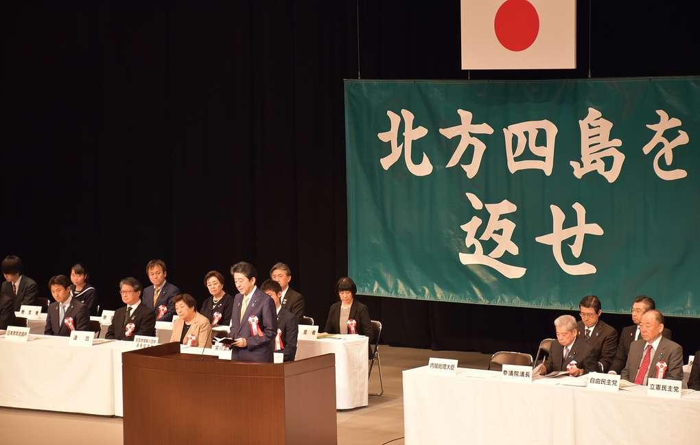 Абэ пообещал шаг за шагом продвигаться к решению территориального вопроса с Россией