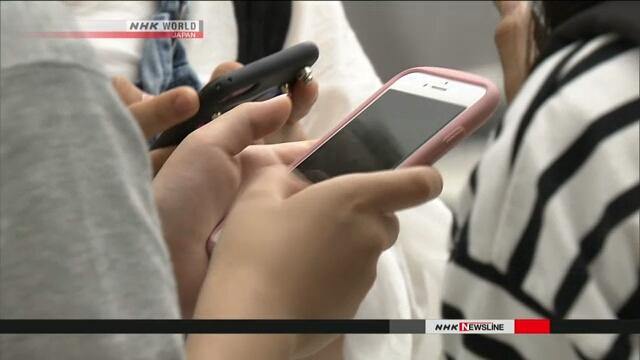 По данным опроса, японская молодежь ежедневно проводит в онлайне почти три часа