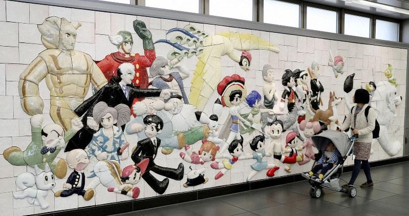 Рельефная плита с персонажами Осаму Тэдзука установлена на станции в Токио