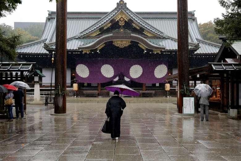 Абэ направил подношение храму, который считают символом милитаризма