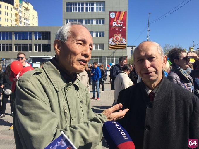 Японский волонтер в Саратове принял участие в первомайском шествии
