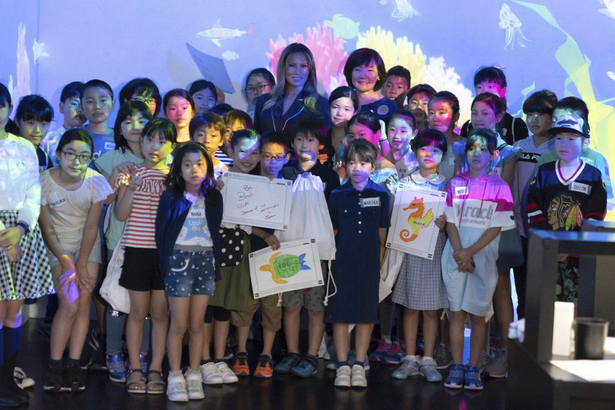 Меланья Трамп посетила музей цифрового искусства в Токио и раздала автографы детям