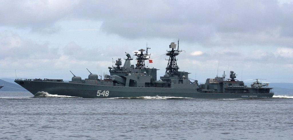 Российские и японские корабли на учениях освободили судно от «пиратов»