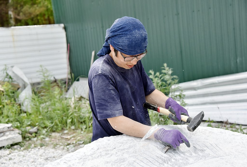 Японский скульптор приехал в Полевской в поисках лучшего мрамора