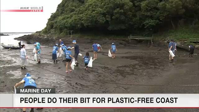 В День моря добровольцы в Японии занимались очисткой пляжей