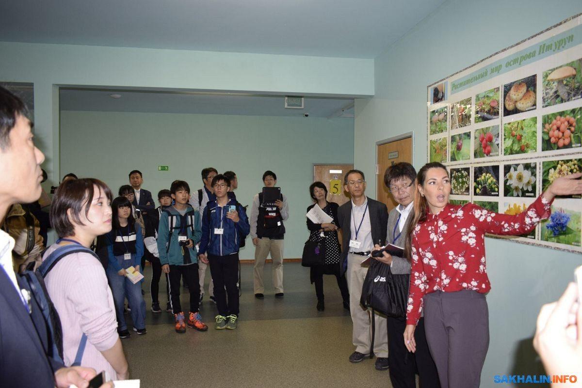 Российские и японские школьники слепили «Чашу добра» и вырастили громадный одуванчик