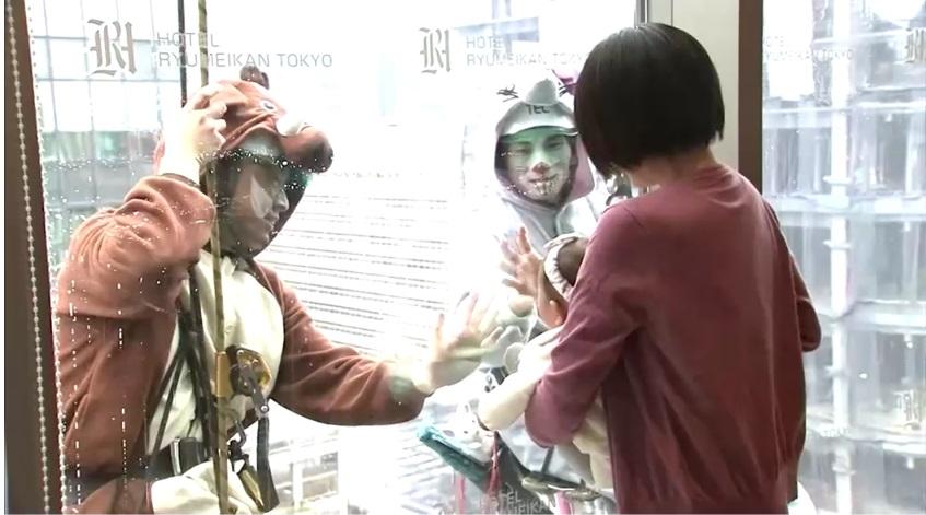 В Японии мойщики окон одеваются как астральные знаки